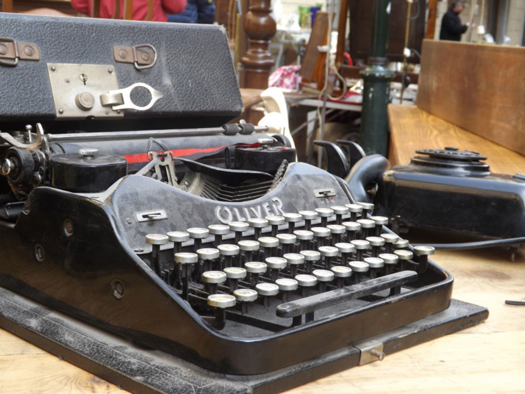 Un vecchio modello di macchina da scrivere tra i banchi del mercatino del Gran Balon. Courtesy of Associazione commercianti Balon.