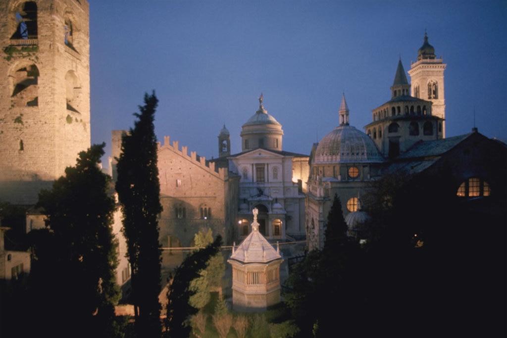Il suggestivo centro storico di Bergamo al calare della notte.