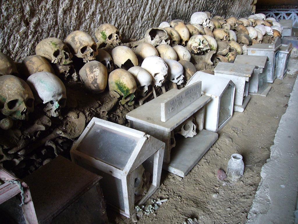 Una delle cave del Cimitero delle Fontanelle, Wikipedia I, Lalupa  , via Wikimedia Commons