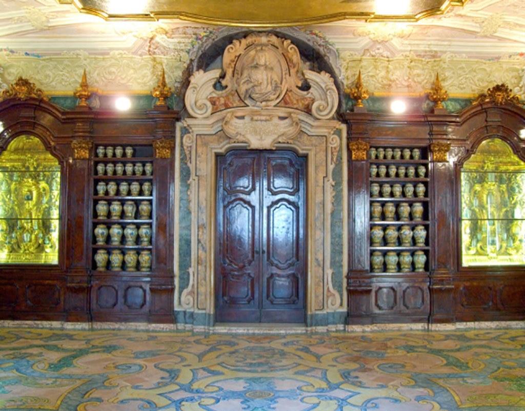 L'interno della Farmacia degli Incurabili, Wikipedia By Fiore Silvestro Barbato  , via Wikimedia Commons