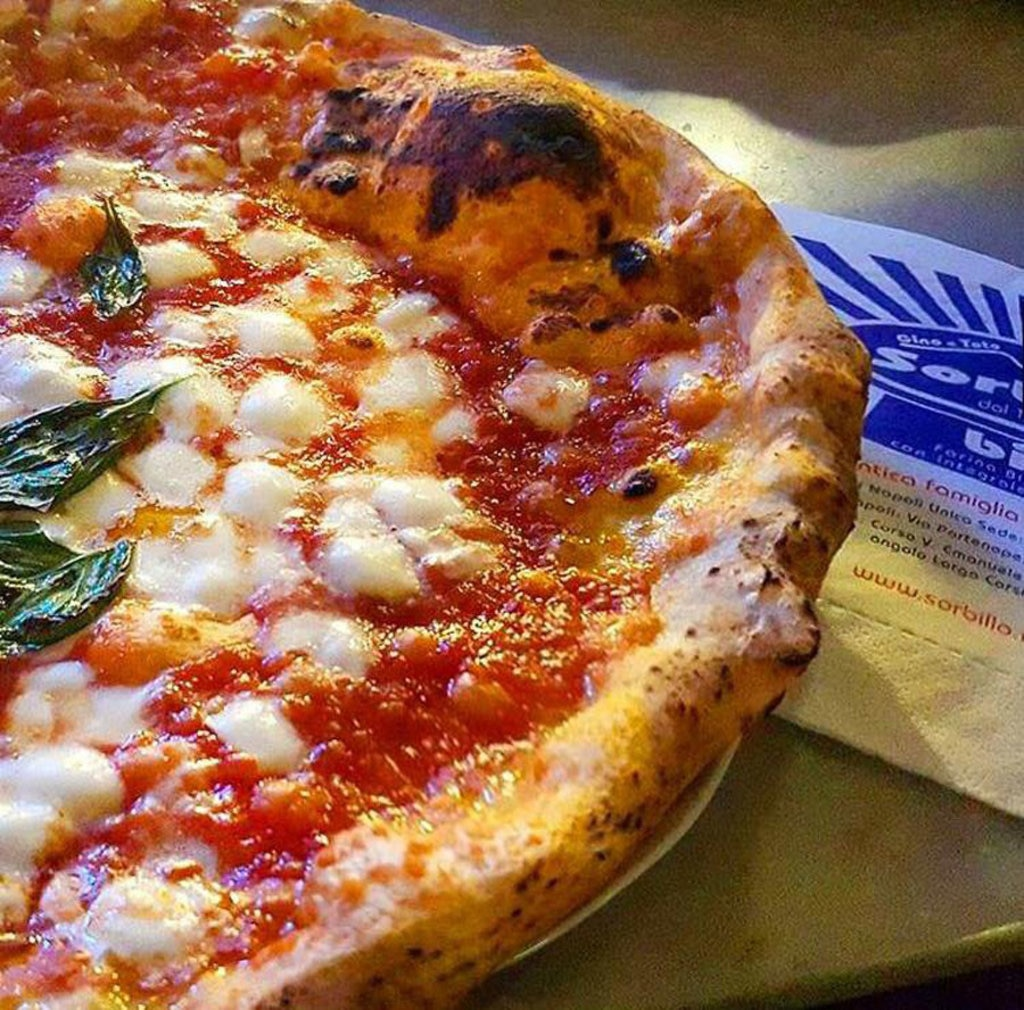 La pizza fritta da Zia Esterina - Sorbillo è un must della città. Foto Facebook di Gino Sorbillo Artista Pizza Napoletana. https://www.facebook.com/PizzeriaGinoSorbillo/photos/pb.164870406864657.-2207520000.1455652982./1098729816812040/?type=3&theater