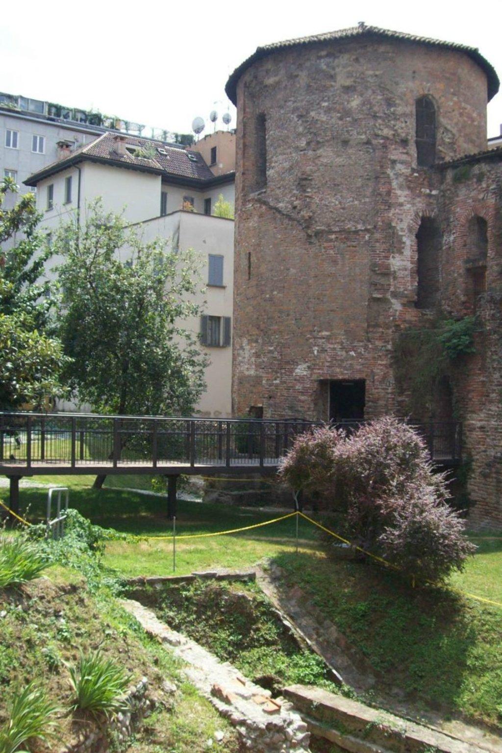 Torre poligonale romana nel giardino del Museo Archeologico, Paolobon 140 (opera propria), CC BY-SA 4.0 via Wikimedia Commons.