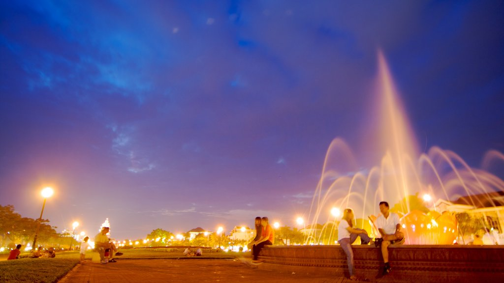 Phnom Penh showing a square or plaza, nightlife and a fountain