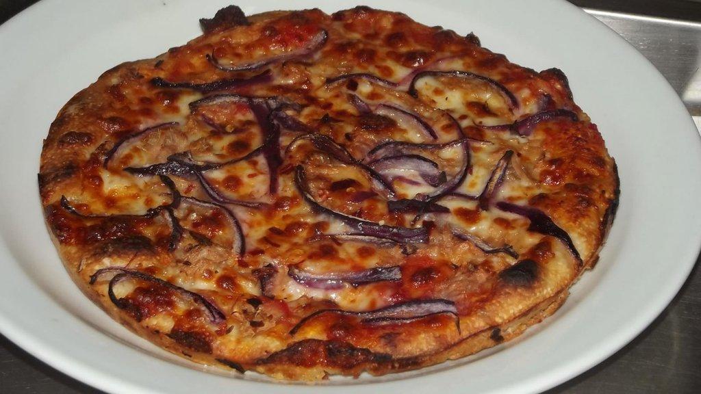 La famosa pizza al tegamino della Pizzeria Meucci (tonno e cipolla), Courtesy of © Pizzeria Meucci