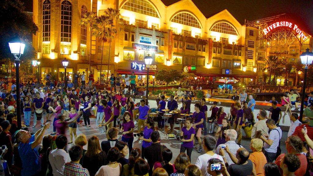 Clarke Quay Mall que incluye una ciudad, vida nocturna y arte escénica