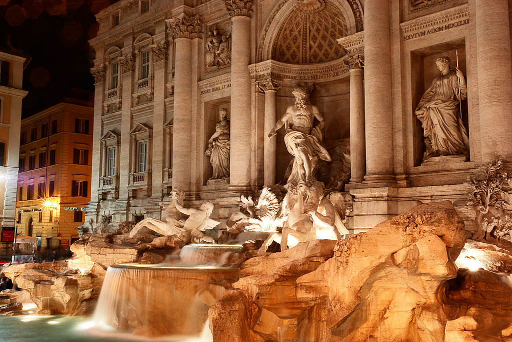 "Sul lato destro della fontana di Trevi la piccola ""fontanella degli innamorati"" offre la possibilità di giurarsi amore eterno, se si beve allo stesso tempo dai due getti d'acqua. Picture by RoyFokker (Own work)  , via Wikimedia Commons https://upload.wikimedia.org/wikipedia/commons/d/db/Fontana_di_Trevi_di_notte.JPG"
