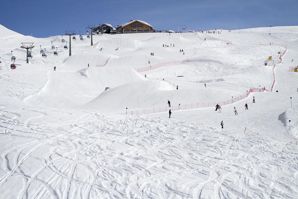 A Madonna di Campiglio è possibile sciare ininterrottamente per km e km, per poi ricominciare utilizzando uno dei 57 impianti di risalita. Picture by Wikaly17 - Own work; licensed under CC BY-SA 3.0 via Wikimedia Commons
