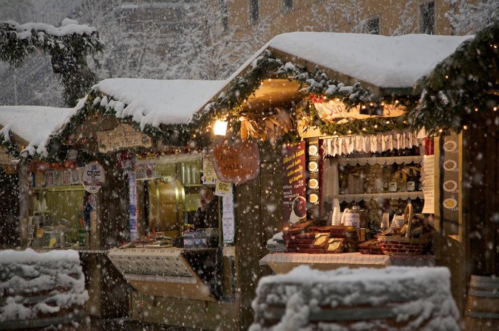 I mercatini di Natale di Trento sotto la neve, nel 2009. Courtesy of © Fototeca Trentino Sviluppo S.p.A. Foto di Romano Magrone.