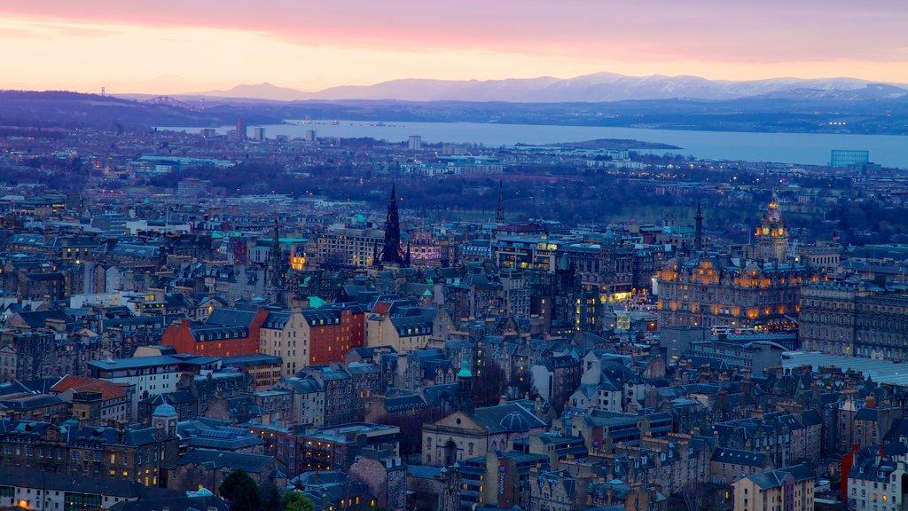 Asiento de Arturo que incluye una puesta de sol y una ciudad