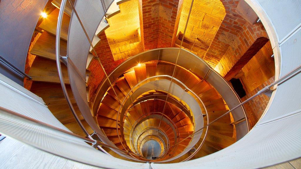 Lighthouse que incluye vistas interiores y un faro