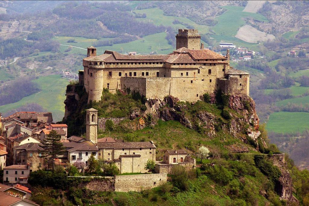La magnifica Rocca di Landi a Bardi - I borghi più belli dell'Emilia Romagna - Photo credit Wikipedia