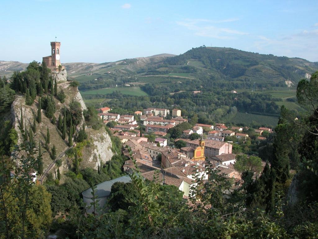 Brisighella, panorama dalla Rocca Manfrediana. A sinistra la Torre dell'Orologio - I borghi più belli dell'Emilia Romagna - Photo by Carlo Pelagalli, via wikimedia Creativa Commons