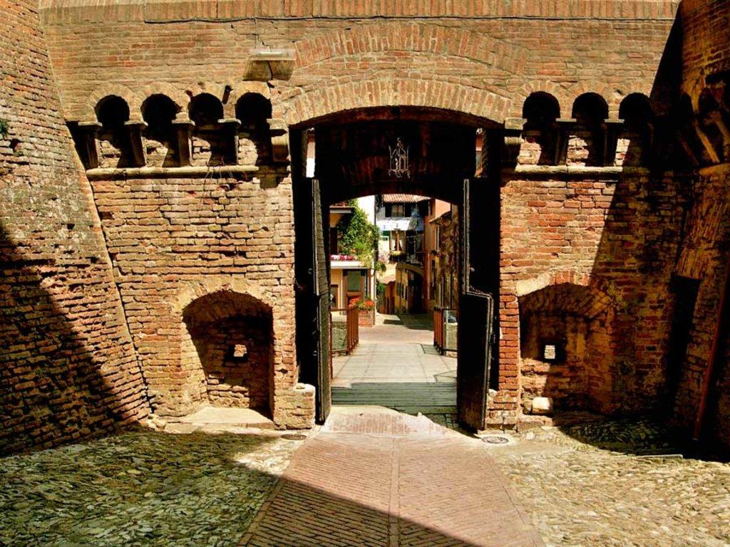 Dozza, cortile interno della Rocca Sforzesca I borghi più belli dell'Emilia Romagna - Photo by Caba2011, via Wikimedia Creative Commons