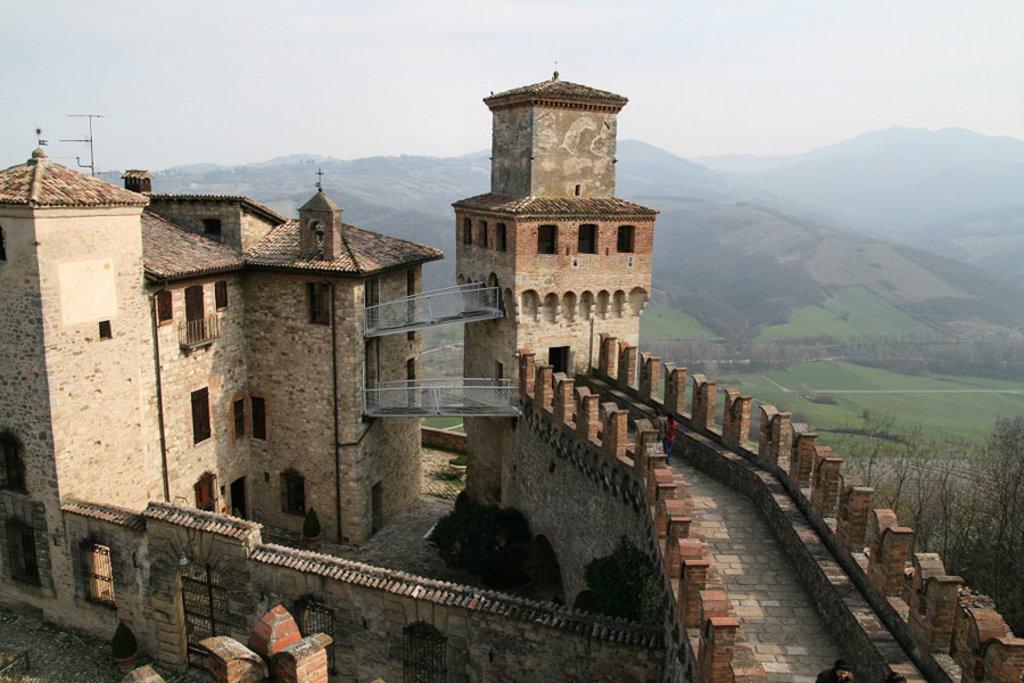 Vista panoramica del Castello di Vigoleno - I borghi più belli dell'Emilia Romagna - Photo credit Wikipedia