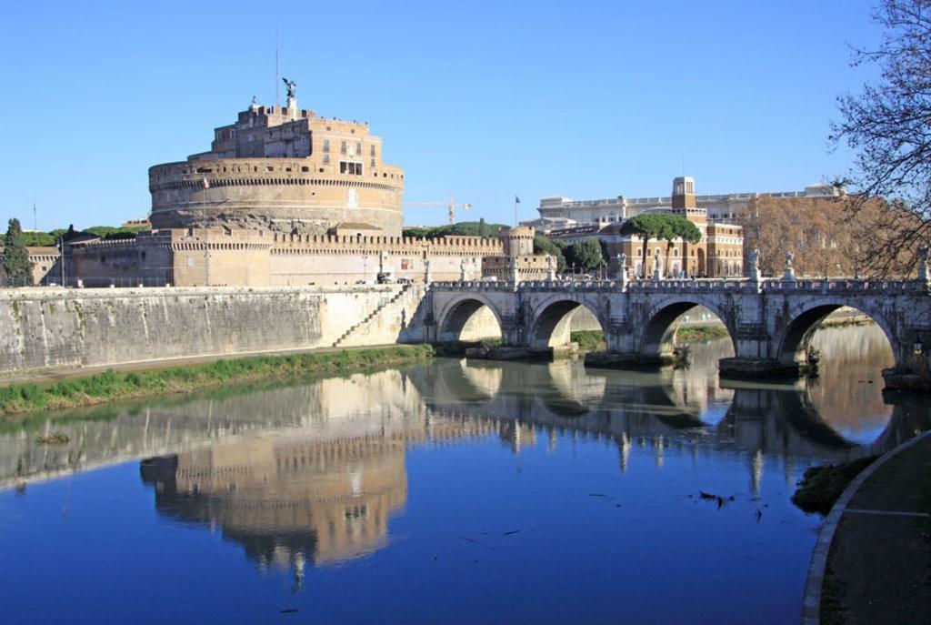 Castel Sant'Angelo e il fiume Tevere, Roma - I 20 castelli medievali più belli d'Italia - By Shiler / Shutterstock.com