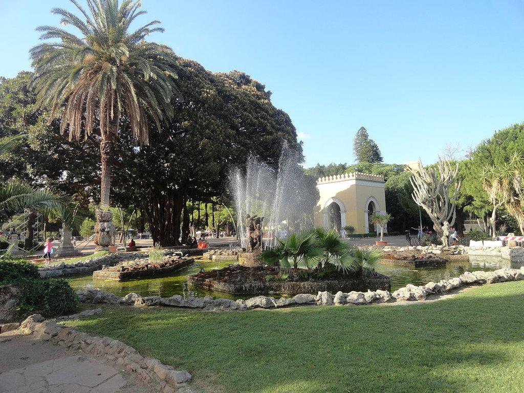 Un angolo del Bosco, Giardino Inglese - Di l0da_ralta - Giardino Inglese, Palermo, Sicily, ItalyUploaded by v.dzhingarova, CC BY 2.0, https://commons.wikimedia.org/w/index.php?curid=27649057