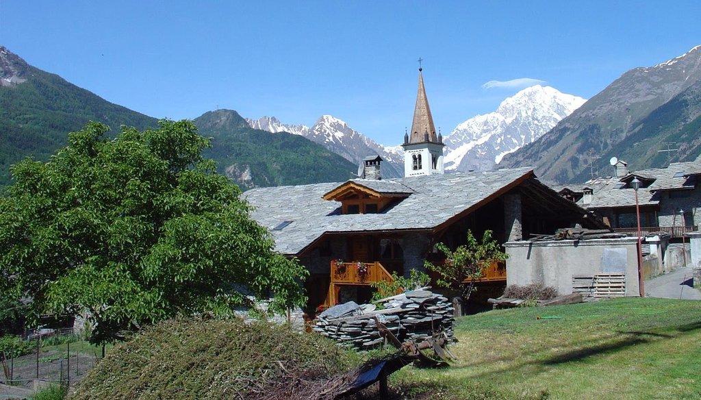 La Salle e il Monte Bianco - By SalomonCeb (Own work)  , via Wikimedia Commons