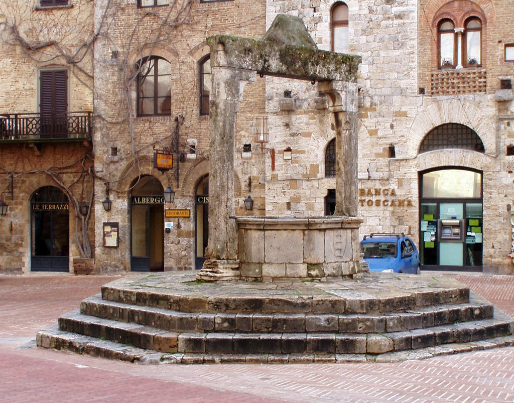 Piazza della Cisterna a San Gimignano - CC BY-SA 3.0, https://commons.wikimedia.org/w/index.php?curid=194722