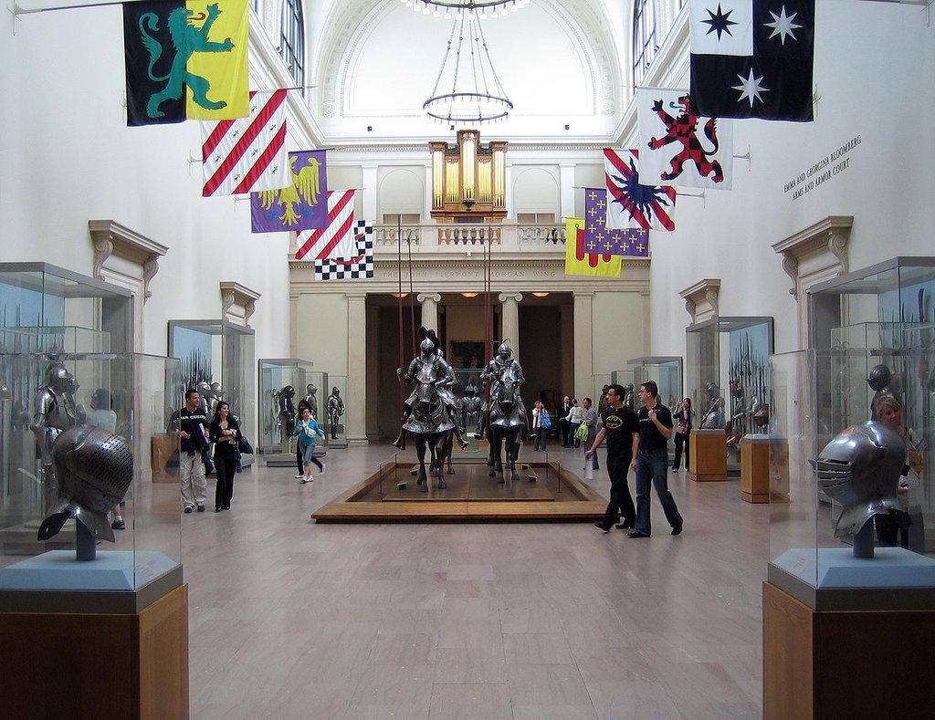 La sala principale del settore del MET dedicato alle armi antiche. By Arad (Own work)  , via Wikimedia Commons.