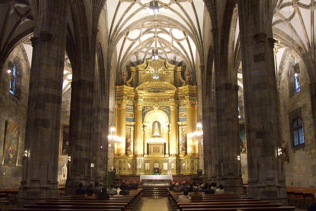 L'interno della Basilica - By Zarateman (Own work)  , via Wikimedia Commons