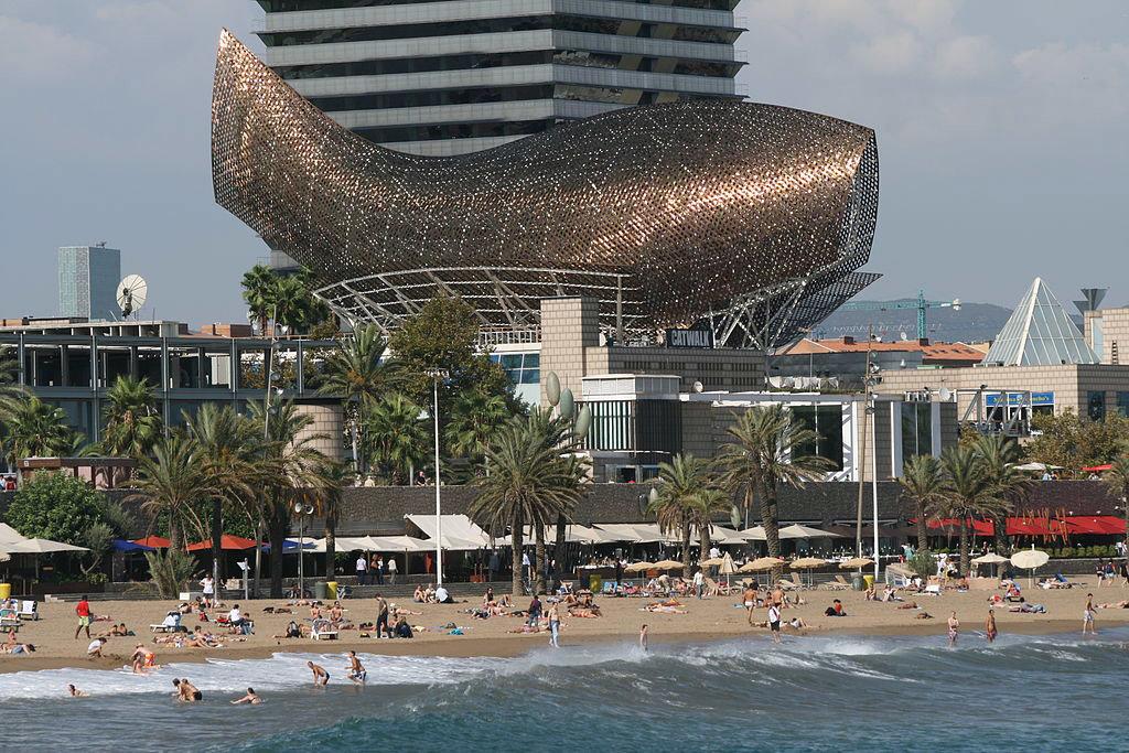 La scultura a forma di pesce di Frank O. Gehry, che sovrasta il Casinò di Barcellona - By Till Niermann (Own work)  , via Wikimedia Commons