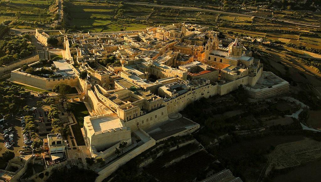 Visione aerea di Mdina e delle sue fortificazioni - By R Muscat - Mdina, CC BY-SA 2.0, https://commons.wikimedia.org/w/index.php?curid=33648867