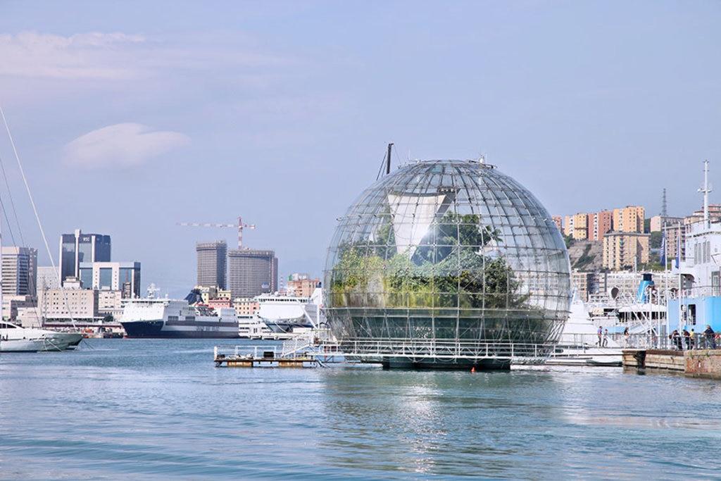 La bolla di Renzo Piano nel Porto Antico By Christine Zenino from Chicago, US (La Bolla di Renzo Piano; Porto Antico Genoa)  , via Wikimedia Commons