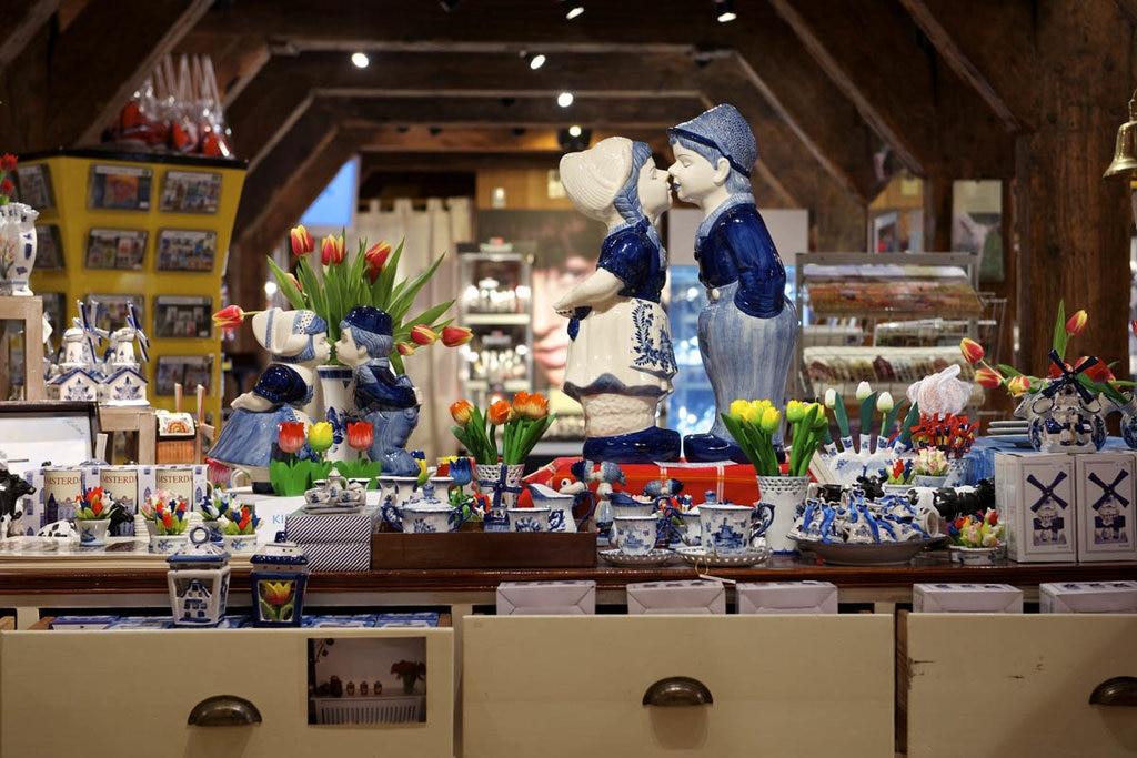 """Zaanse-Schans. """"Vrede souvenir"""". Courtesy of dezaanseschans.nl"""