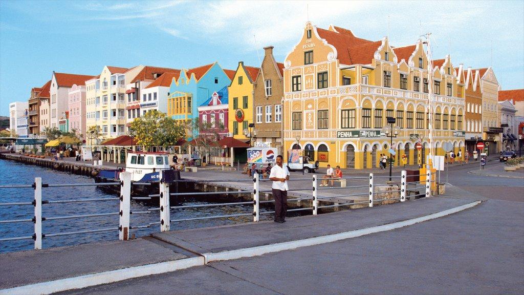 Willemstad ofreciendo una ciudad, patrimonio de arquitectura y una casa