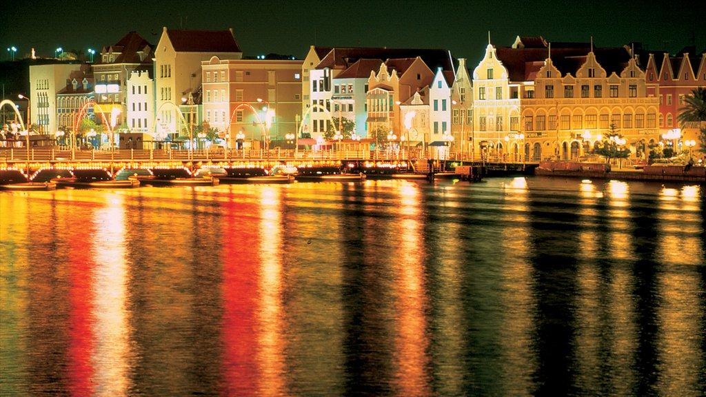Willemstad ofreciendo una ciudad costera, patrimonio de arquitectura y escenas nocturnas