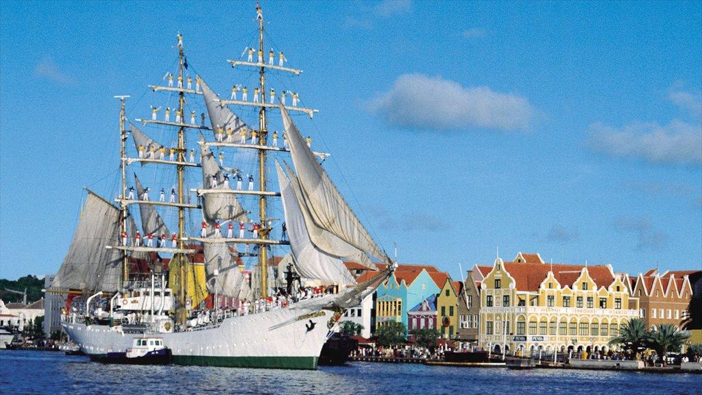 Willemstad mostrando una bahía o puerto, una ciudad costera y navegación