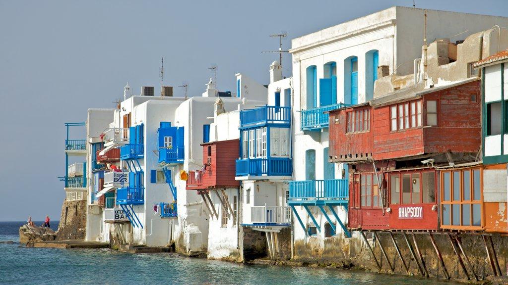 Ciudad de Mikonos ofreciendo vistas generales de la costa, una ciudad costera y patrimonio de arquitectura