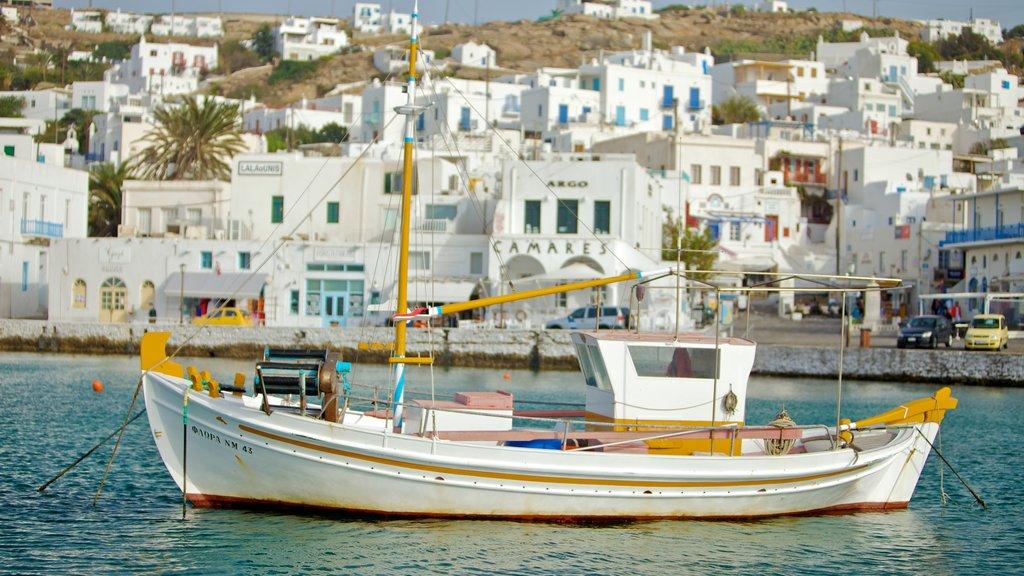 Ciudad de Mikonos ofreciendo una ciudad costera, una bahía o puerto y paseos en lancha