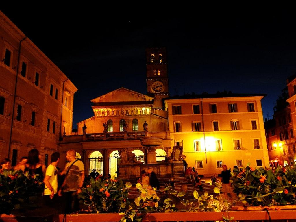 Movida in Piazza Santa Maria in Trastevere - by Rodrigo Soldon (Own work)  , via Flikr