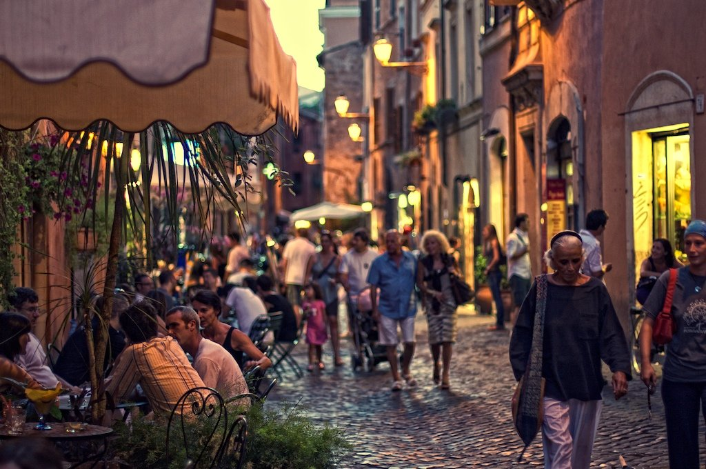 Gli affolati vicoli di Trastevere verso sera - by Michiel Jelijs (Own work)  , via Flikr