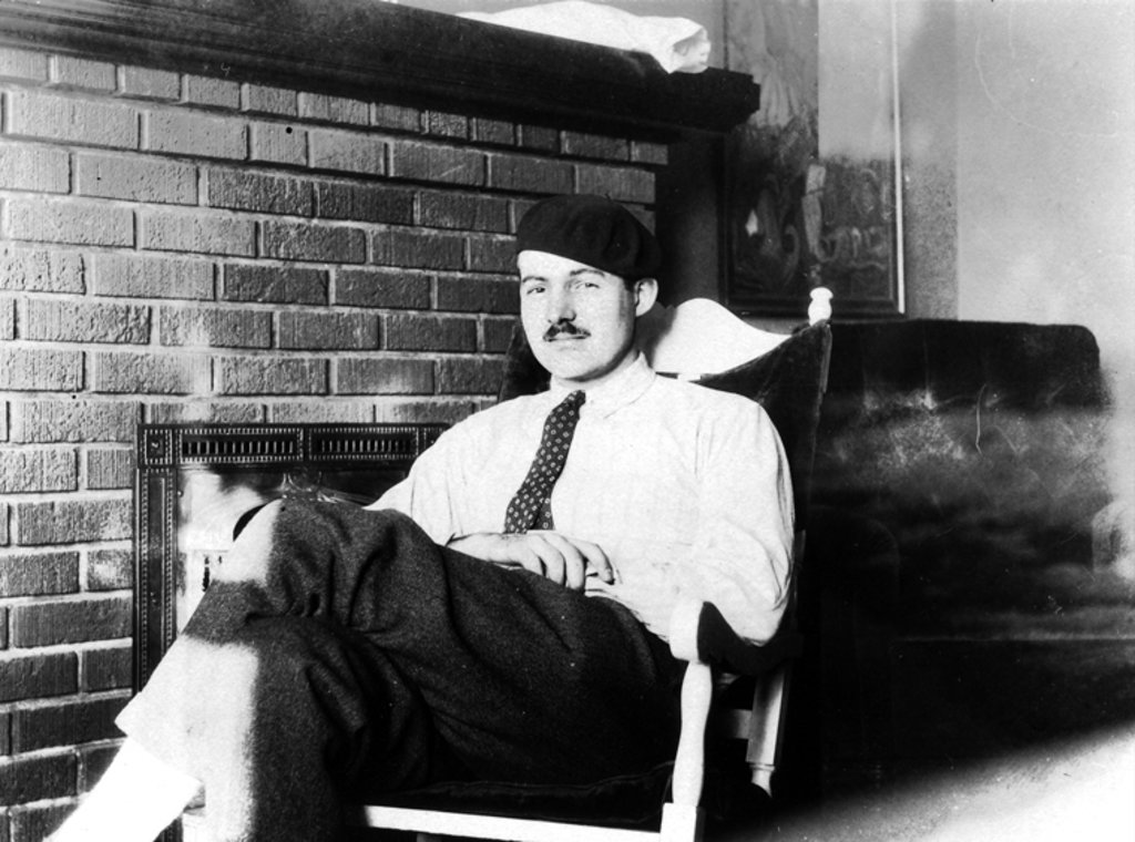 Ernest Hemingway a Parigi nel 1924. Courtesy of © Ernest Hemingway Photograph Collection, J. F. Kennedy Presidential Library and Museum, Boston.