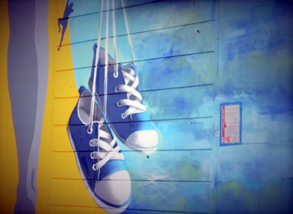"Murales di Denis Ascanio dedicato alla canzone ""El purtava i scarp del tenis"""
