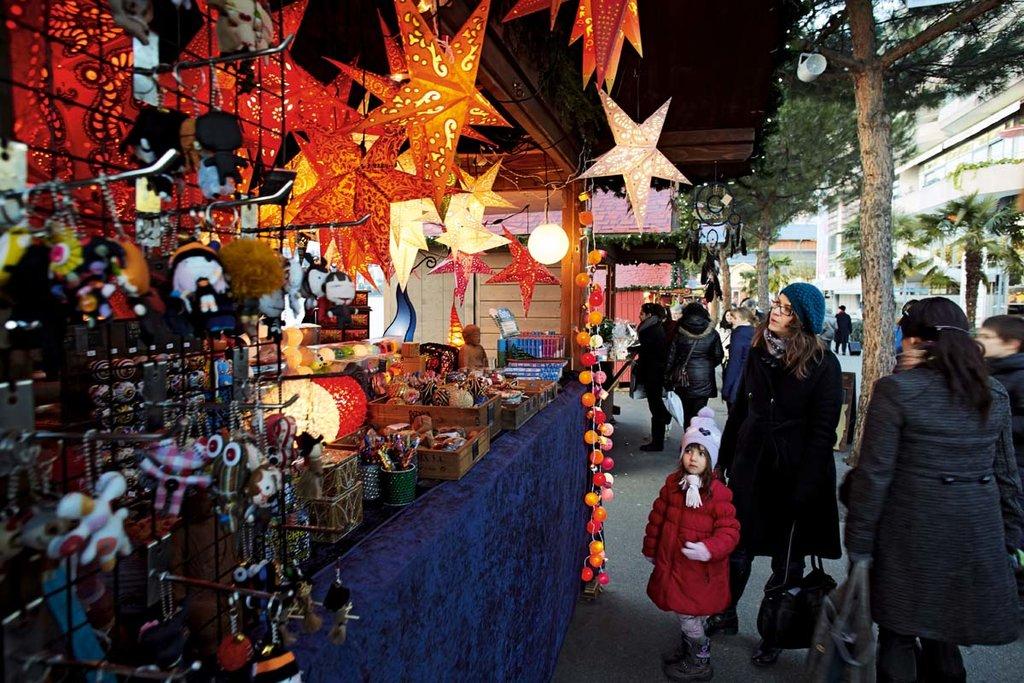 Luci e regali al mercatino di Montreaux - Courtesy of Swiss-Image GmbH (www.swiss-image.ch)