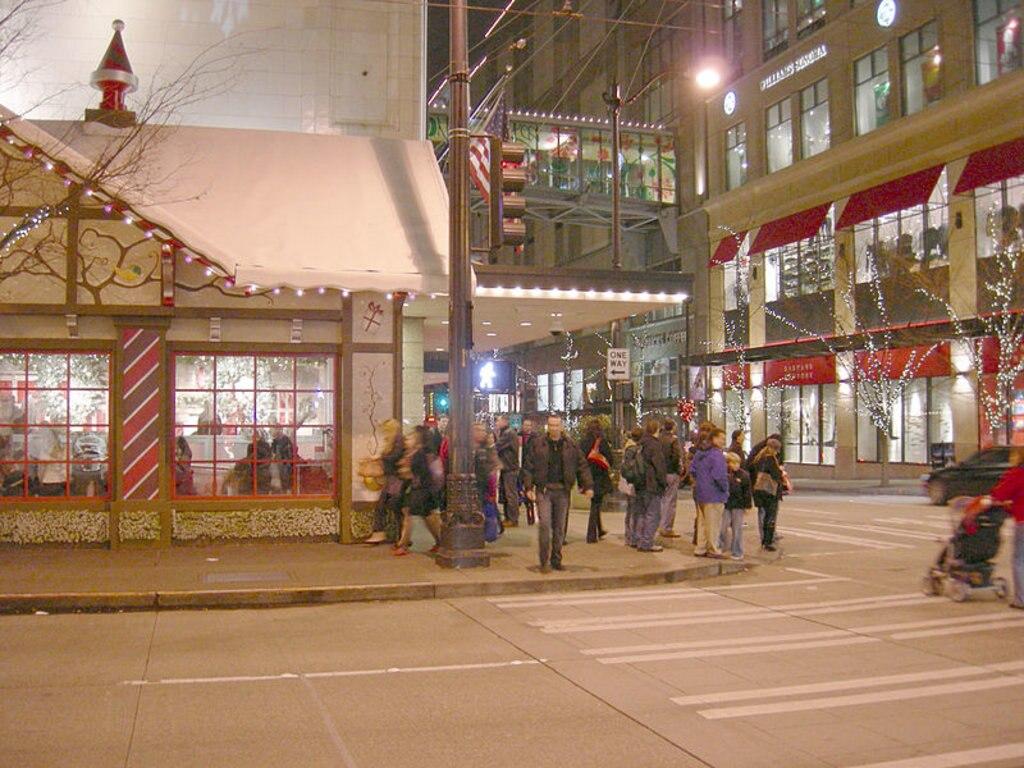 5th Avenue vestita a festa - by Joe Mabel  , via Wikimedia Commons