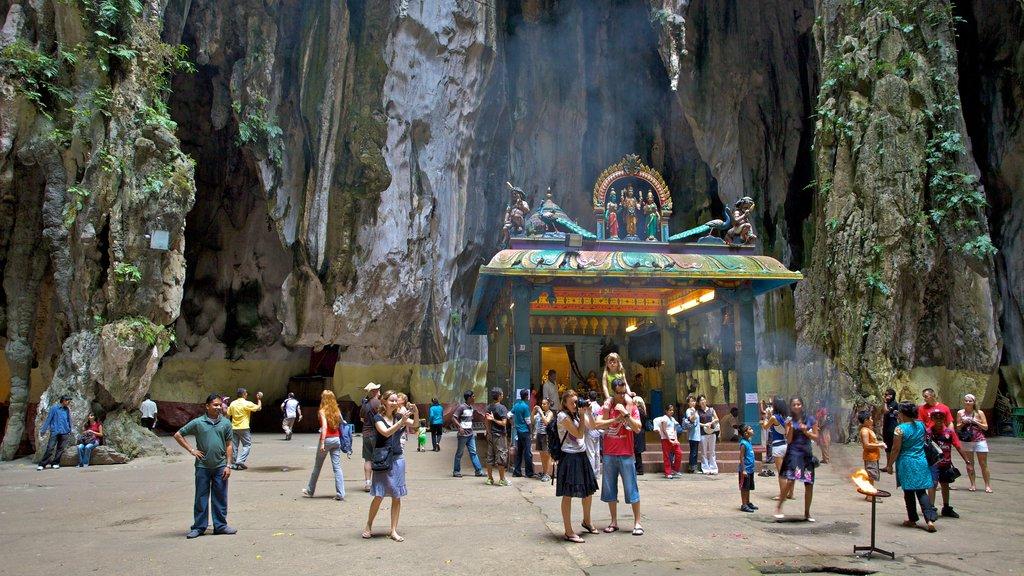 Cuevas Batu mostrando cuevas y también un gran grupo de personas