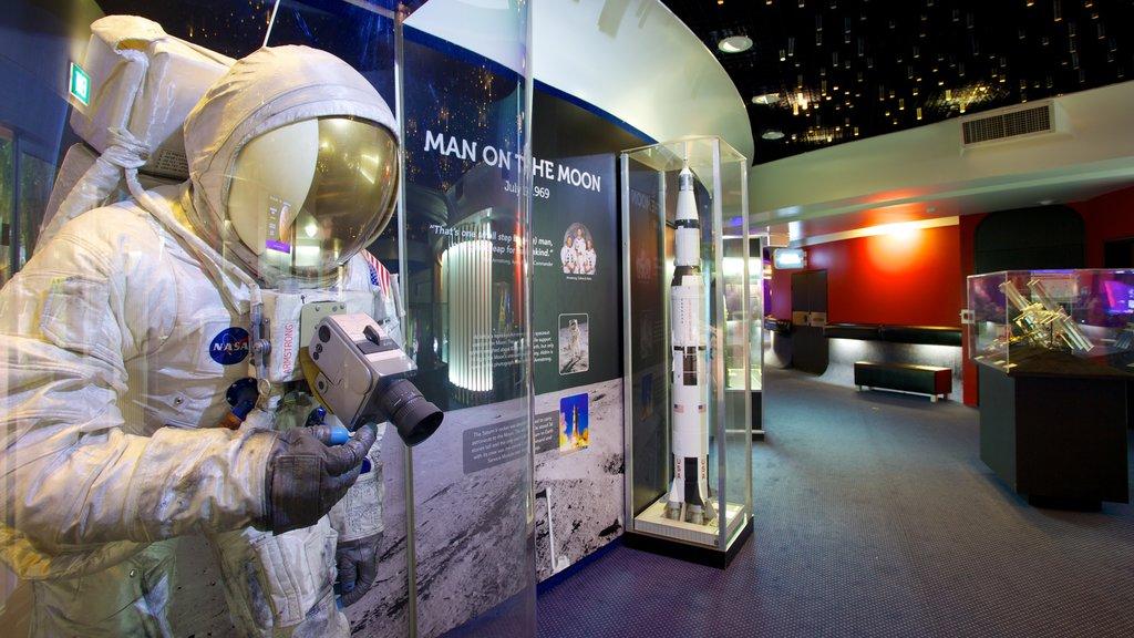 Sir Thomas Brisbane Planetarium mostrando señalización, un observatorio y vistas interiores