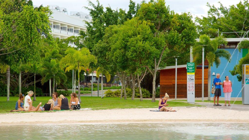 Laguna Esplanade que incluye un jardín y una playa