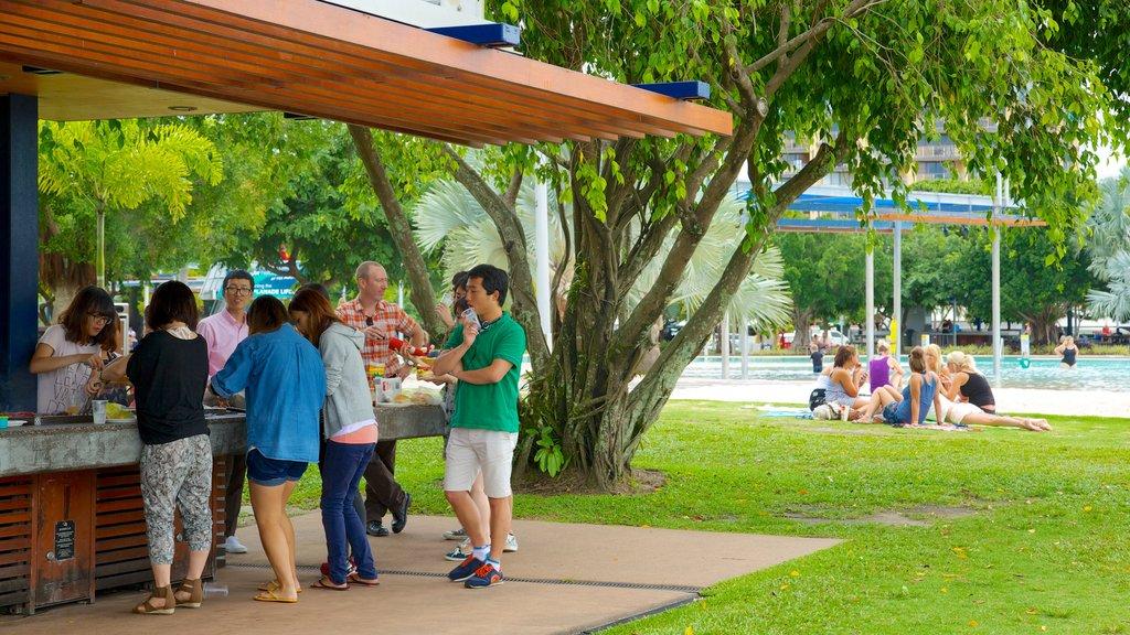 Laguna Esplanade ofreciendo un bar y un jardín y también un gran grupo de personas