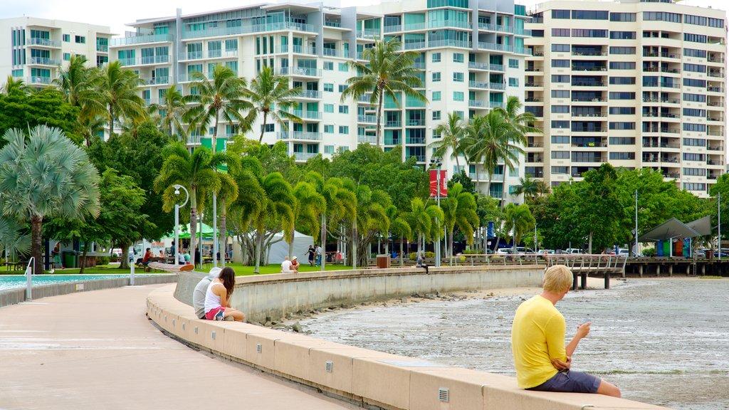 Laguna Esplanade que incluye una ciudad costera y un hotel