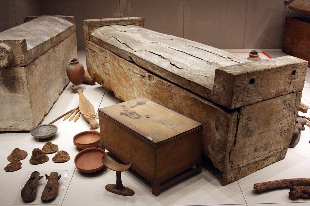 Sarcofagi e corredo trovati nella Tomba degli Ignoti - foto dell'autrice - https://www.flickr.com/photos/155545126@N07/36102431924/in/album-72157688373828955/