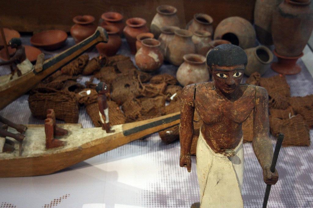 Il corredo della Tomba di Ini: statuetta e modellini di barche in legno, vasi in terracotta - foto dell'autrice - https://www.flickr.com/photos/155545126@N07/36127075373/in/album-72157688373828955/
