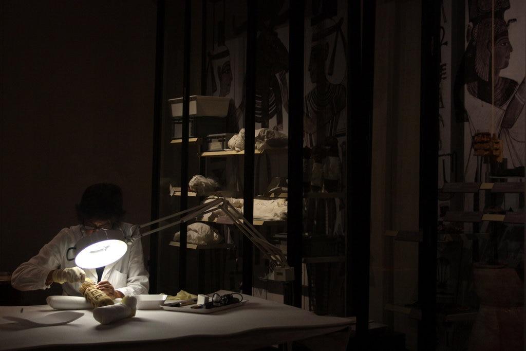 Una restauratrice all'opera nel Laboratorio di Restauro delle Mummie - foto dell'autrice - https://www.flickr.com/photos/155545126@N07/36540680010/in/album-72157688373828955/
