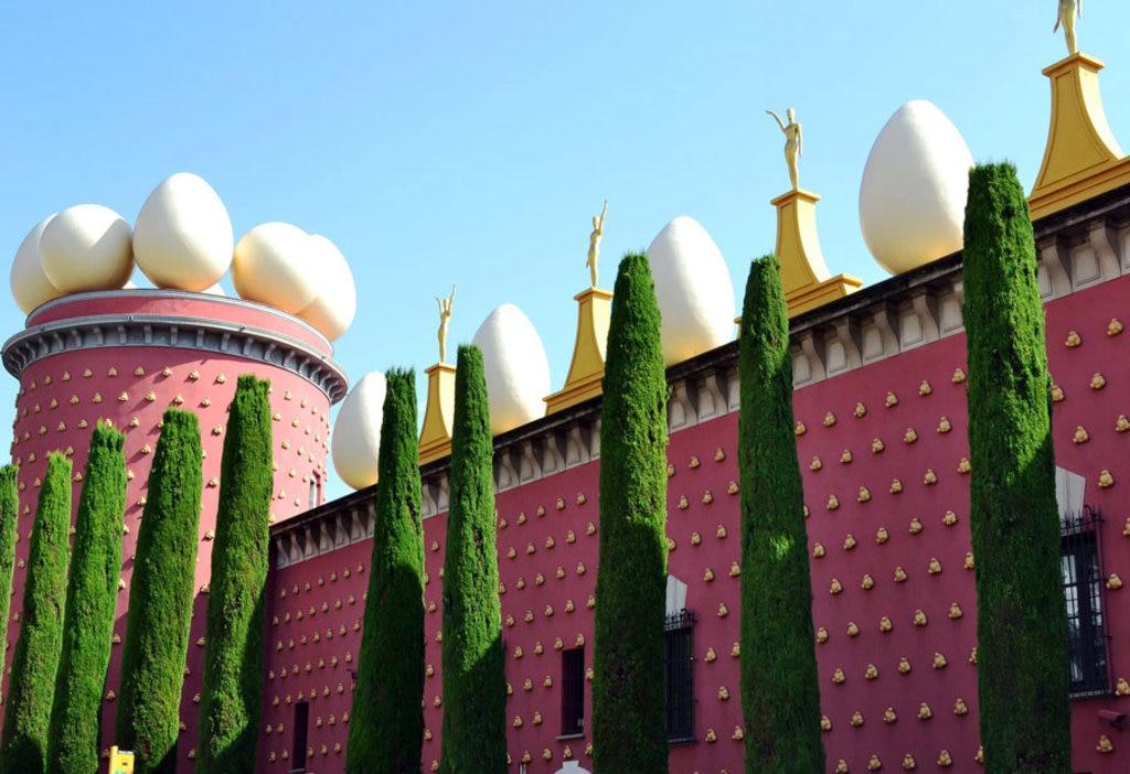 A Figueres Dalí nacque e morì, e vi lasciò una delle sue opere più bizzarre, il suo Teatro-Museo