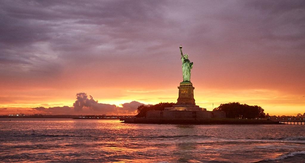 Il tramonto sulla Statua della Libertà - By Confaulk (Opera propria)  , via Wikimedia Commons
