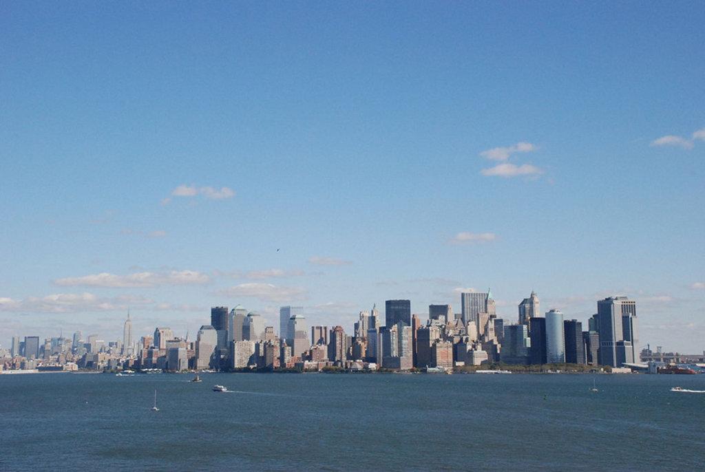 Il panorama di Manhattan dalla Statua della Libertà - By Erika39 (Opera propria)  , via Wikimedia Commons